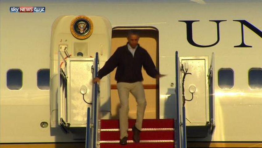 بالفيديو.. أوباما ينجو من سقطة محرجة في طائرته