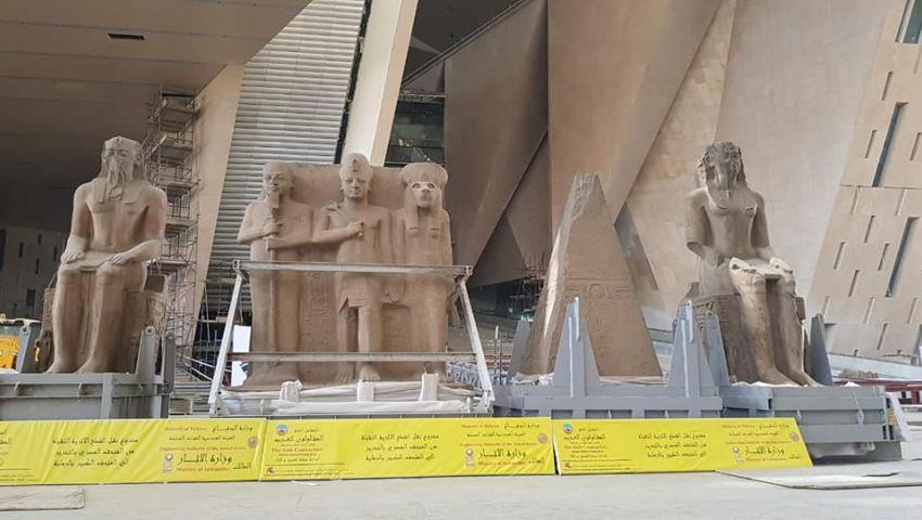 صور.. المتحف المصري الكبير يستقبل 4 قطع أثرية ضخمة