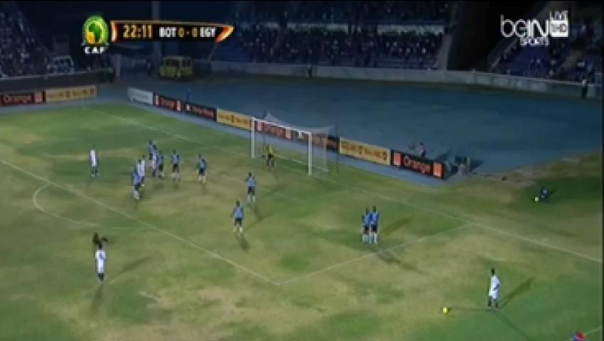 بالفيديو.. حكم مصر وبتسوانا يسقط في الملعب