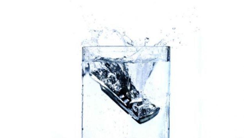 ما الحل إذا وقع هاتفك المحمول في الماء؟
