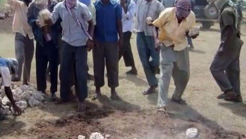 فيديو..إعدام مراهق رجما بالصومال بتهمة الإغتصاب