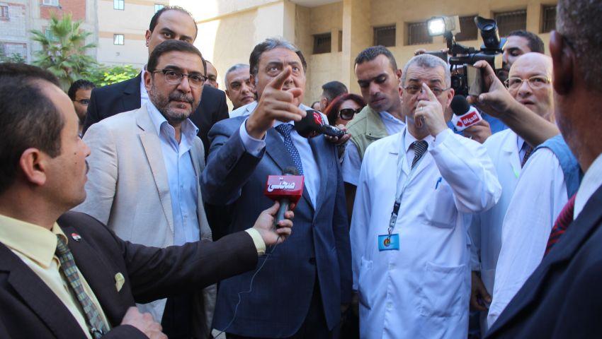 بالفيديو  وزير الصحة لمدير مستشفى بالإسكندرية: دم الطبيب في رقبة مين؟