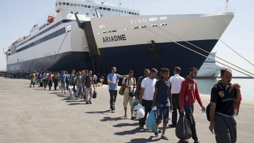 اليونان تنقل المهاجرين إلى مخيمات خارج ميناء أثينا