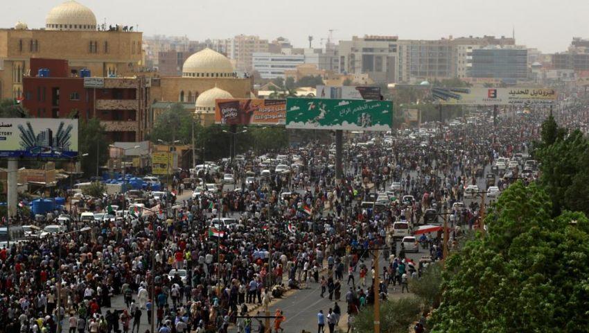 الخرطوم تشتعل.. آلاف السودانيين يتوجهون إلى وزارة الدفاع وقصر الرئاسة