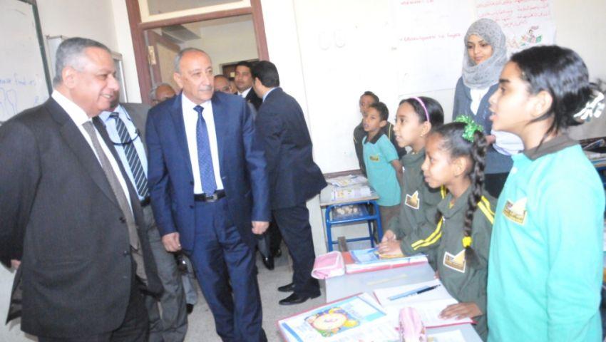 بالصور.. وزير التعليم ينهي زيارته لأسوان بافتتاح معرض إنتل