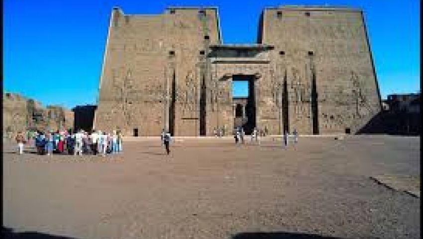 عمال بمعبد إدفو: فوج سياحي يمارس عبادة الشيطان.. والآثار تنفي