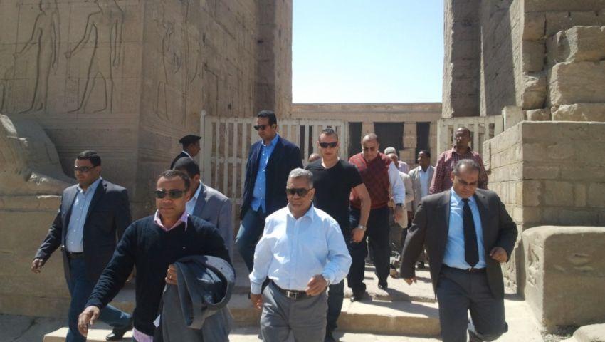 بالصور.. محافظ قنا يتغيب عن جولة وزير الآثار بمعبد دندرة