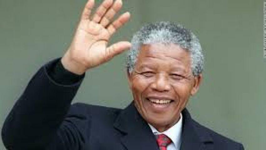 جنوب أفريقيون يحتشدون أمام مستشفى مانديلا