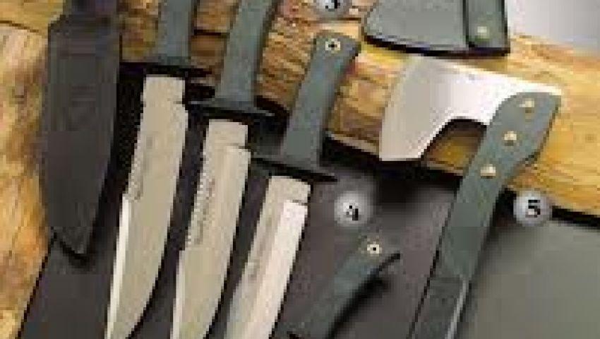 ضبط  أسلحة بيضاء ودروع وخوذ بصالة جيم إخوانية