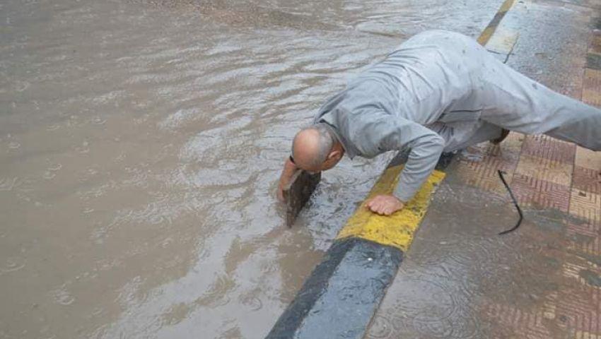 صور|  رئيس مدينة مطوبس يسلك بالوعة صرف تحت الأمطار.. هكذا أشاد به المصريون