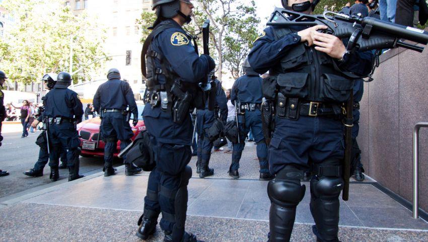 مسلح يصيب شرطيَين بـبلطة في شوارع نيويوك