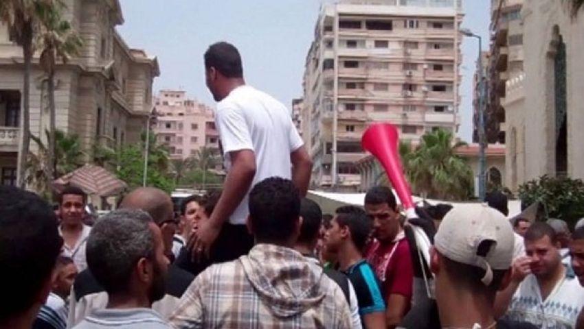 متظاهرون يحاصرون قياديين إخوانيين في بسيون