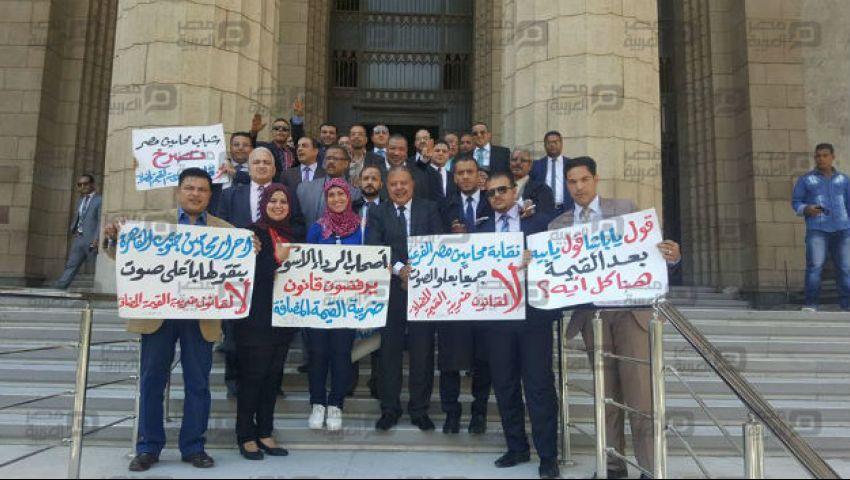 بالصور| رفضًا لـ القيمة المضافة.. وقفة للمحامين أمام دار القضاء
