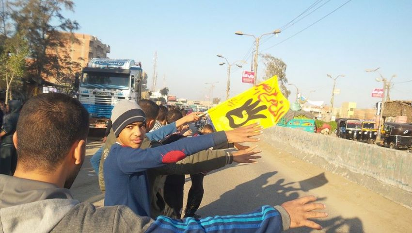 بالصور.. سلسلة بشرية بالميمون للمطالبة بالإفراج عن المعتقلين
