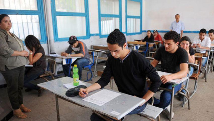 طلاب الثانوية العامة يؤدون امتحان علم النفس والاجتماع