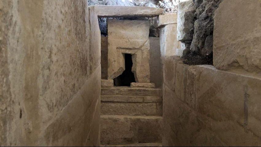 بالصور| تفاصيل اكتشاف مقبرة عقب تنقيب مواطن عن الآثار قرب الأهرامات