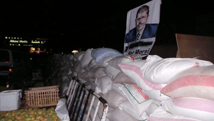بالصور.. معتصمو رابعة في حلقات غنائية تاييدًا لمرسي