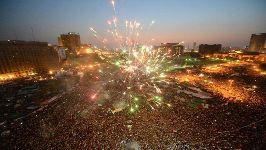 متظاهرون يطوفون بضباط شرطة في التحرير