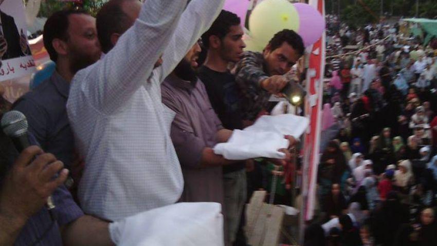 مؤيدو مرسي يعلنون التحدي بـالأكفان ومعارضوه يملأون التحرير