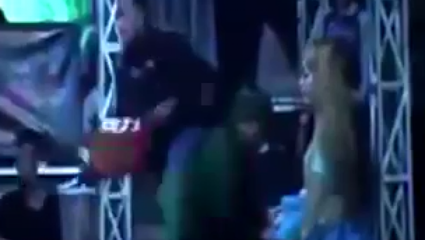 شاهد.. ثعبان يلدغ مطربة على المسرح