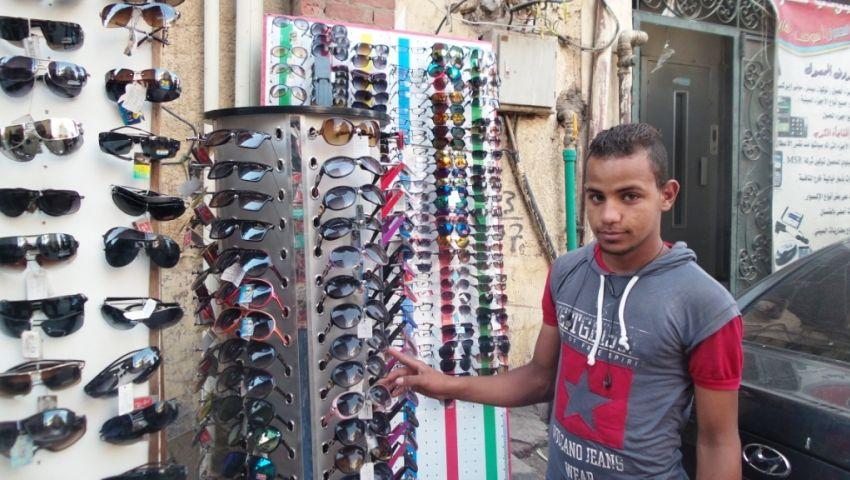 بالصور|بائع نظارات شمس بأسوان: الناس مفلسة