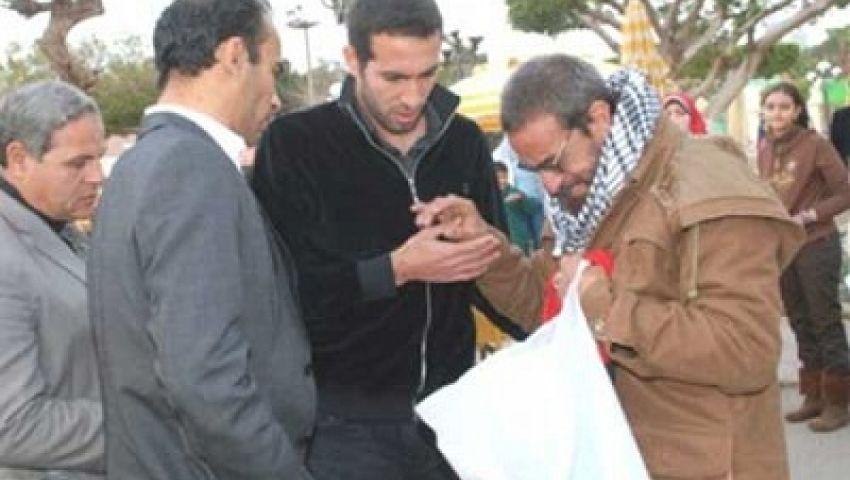 أبوتريكة يوزع شنط رمضان على عمال الأهلي