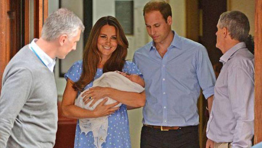بالصور.. الطفل الملكي يلقي التحية على شعبه