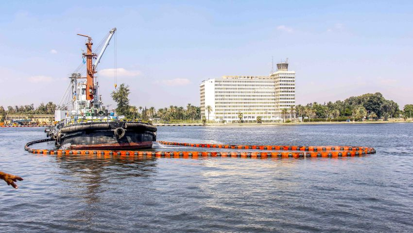 قناة السويس تنفذ مناورة افتراضية لمكافحة التلوث البترولى بالمجرى الملاحى