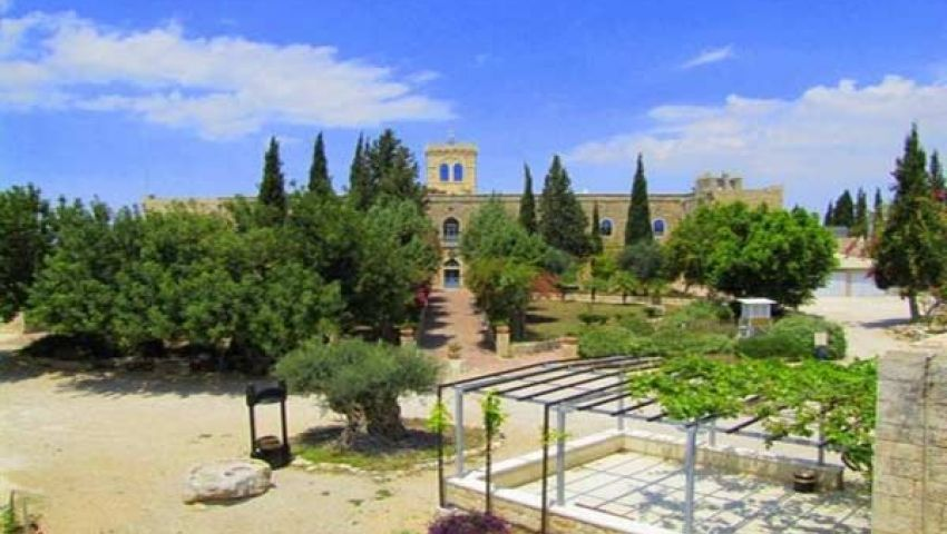 متطرفون يهود يحاولون إحراق دير بيت جمال بالقدس