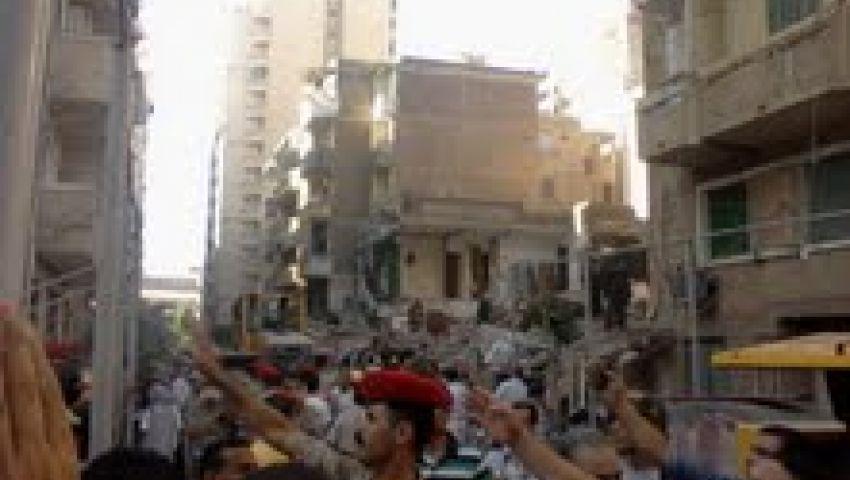 صور وفيديو.. إصابة 2 والبحث عن آخرين في عقار الإسكندرية المنهار