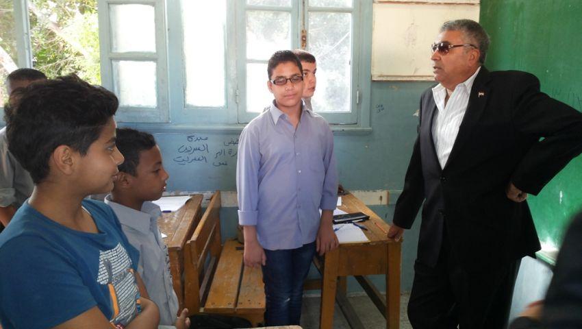 بالصور- محافظ الإسكندرية يطالب التلاميذ بدهان الفصول باللون المفضل لهم