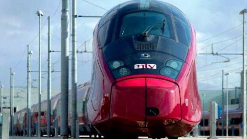 قطار خيالي يعمل بالمغناطيس يسير داخل أنبوب