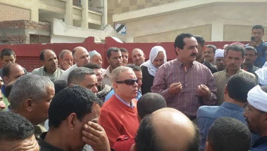 رئيس المحلة يلتقي عمال النظافة المضربين لبحث مشاكلهم