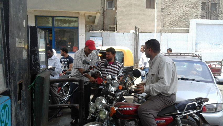 بالصور| أزمة الوقود تشتعل بكفر الشيخ.. والسائقون: البنزين هَم تقيل