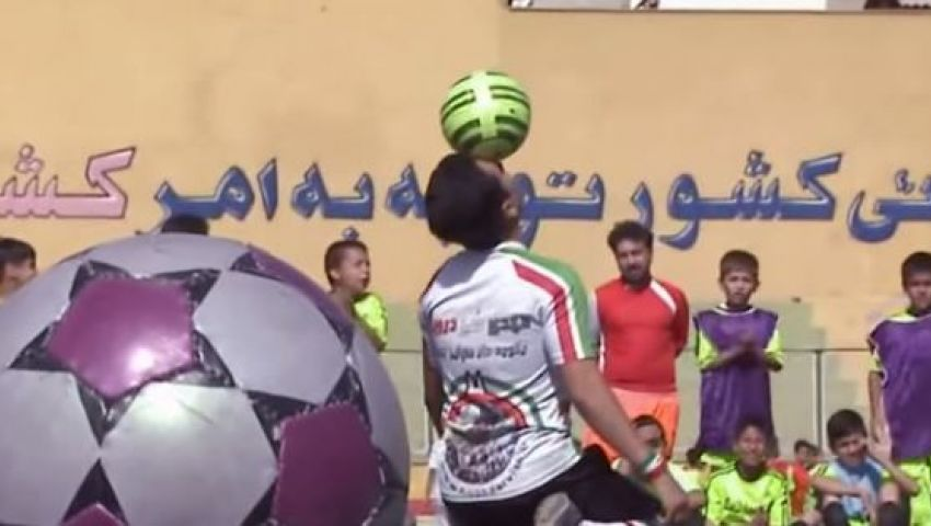 فيديو..شاب إيراني يدخل موسوعة جينس للأرقام القياسية  فى التحكم بالكرة