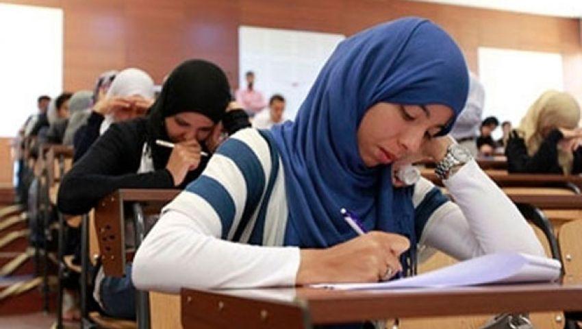 طلاب الثانوية يؤدون امتحاني التربية الوطنية والكيمياء