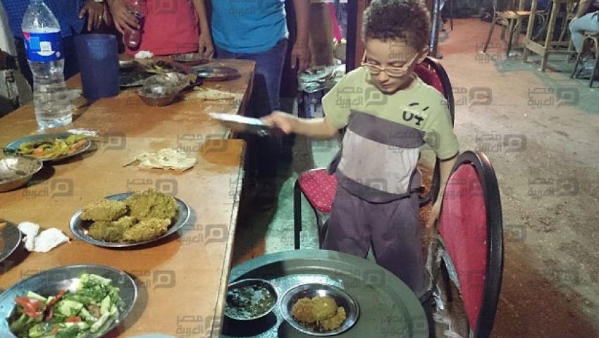 بالصور| في الحسين.. صينية السحور تنتهك طفولة ميشو