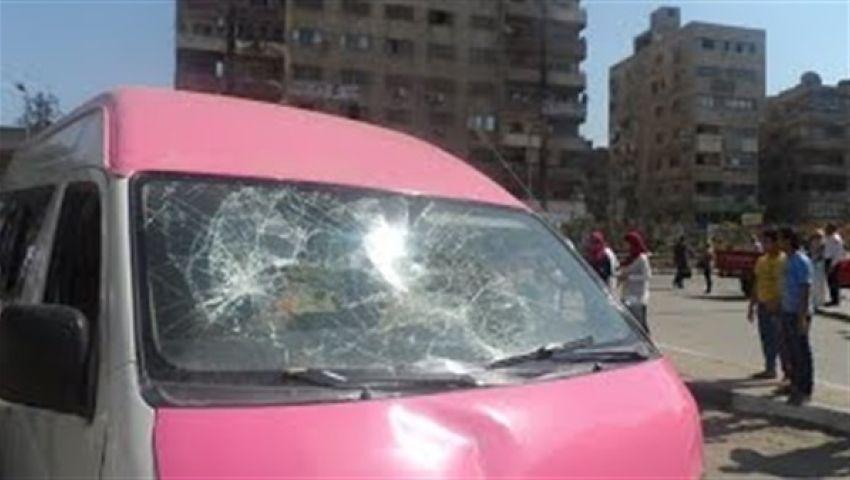 متظاهرون يحطمون سيارة قناة الحياة بالهرم