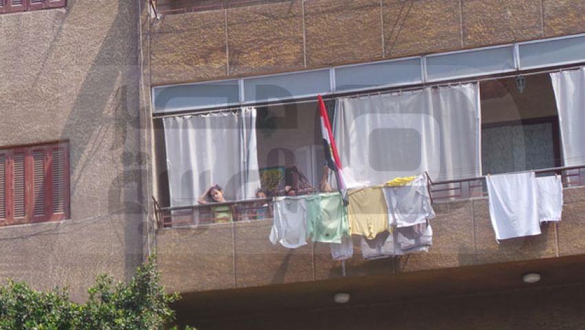 بالصور.. مؤيدو مرسي يتفاعلون من النوافذ مع مسيرة المطرية