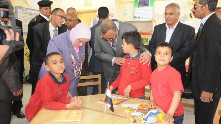 بالصور| محافظ الجيزة يستجيب لطالب ويتفقَّد مدرسته بـ6 أكتوبر