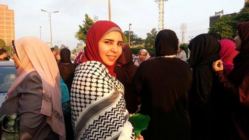 شباب وفتيات يرتدون الشال الفلسطيني في صلاة العيد
