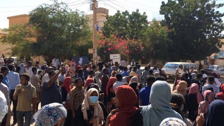الآلاف يتظاهرون.. الحكومة السودانية تكشف حقيقة اقتحام منزل البشير بالخرطوم