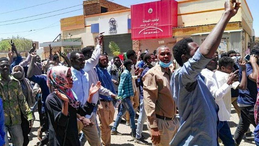 الفرنسية: تظاهر السودانيين أمام مقر قيادة الجيش.. هل يفتح أبوابًا نحو المستقبل؟