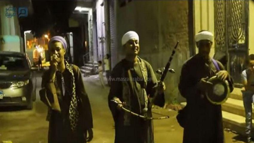 فيديو| أرزقية رمضان.. على أوتار الربابة ودقات الطبلة.. المسحراتي شكل تاني
