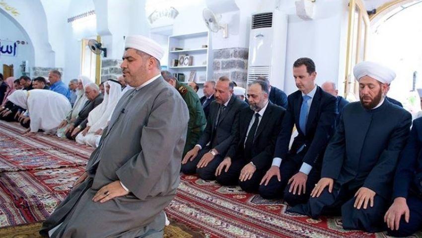 بشار الأسد يؤدى صلاة العيد في مدينة حماه