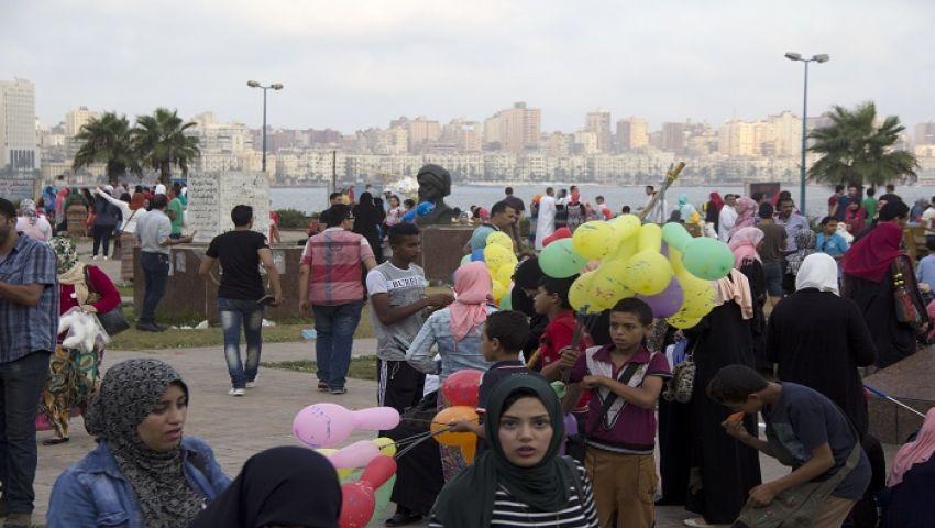 صور| إقبال كبير من السكندريين على شواطئ البحر في أول أيام عيد الفطر