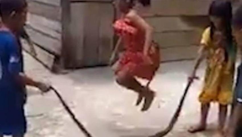 فيديو| بثعبان ضخم .. هكذا يلعب أطفال في فيتنام «نط الحبل»