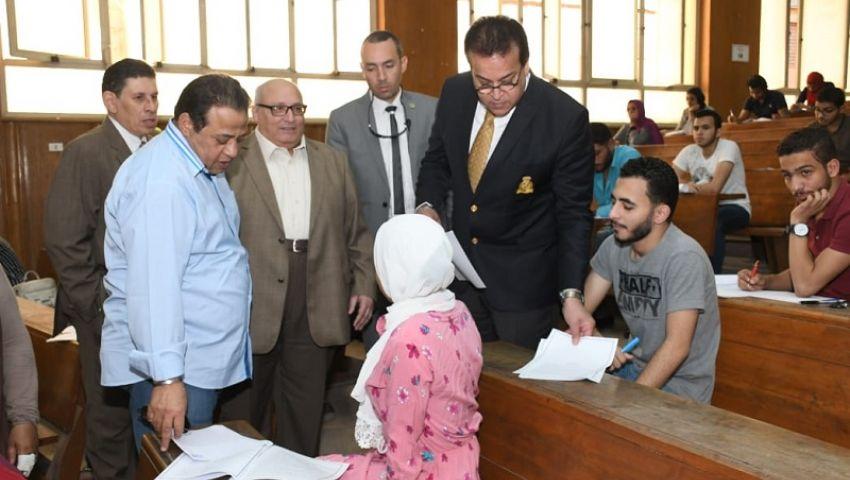 بالصور| وزير التعليم العالي يتفقد امتحانات كليات جامعتي القاهرة وعين شمس