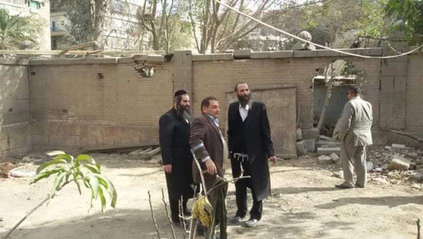 صور وفيديو| حاخامان يشرفان على تنظيف مقابر اليهود بالبساتين.. وهكذا رد المصريون
