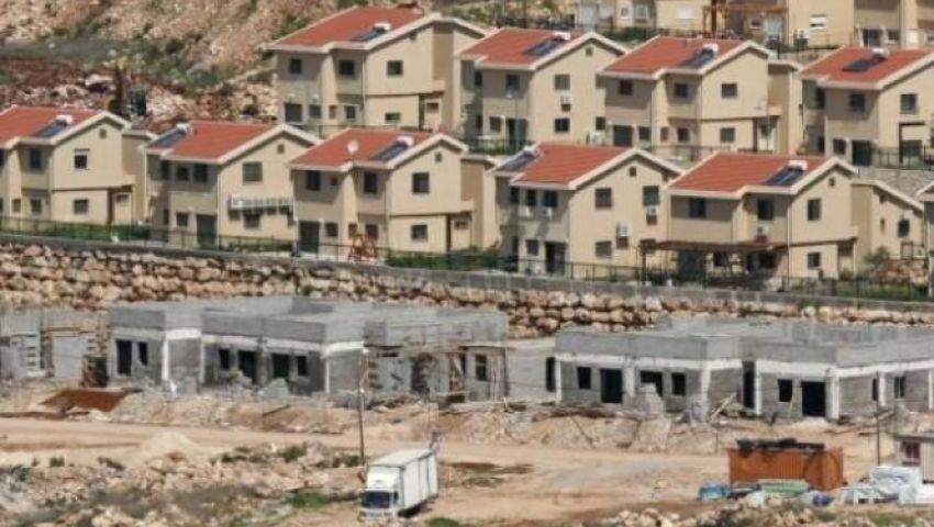 نشطاء فلسطينيون وأجانب يقتحمون بؤرة استيطانية.. ويُنزِلون علم الاحتلال